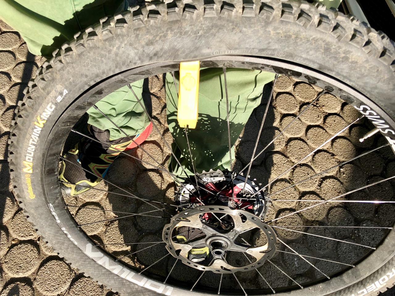Reifen mit Reifenheber lösen